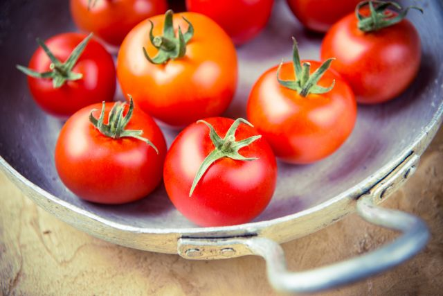 Red tomatoes, which are part of a rainbow diet, will contribute to living longer.
