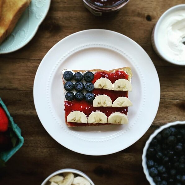Recept na toast s červenou, bílou a modrou vlajkou